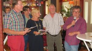 Het eerste exemplaar werd door Pieter Duijf (op de foto geheel rechts) en Twan uitgereikt aan Joep Jansma (links) en Helga Thissen